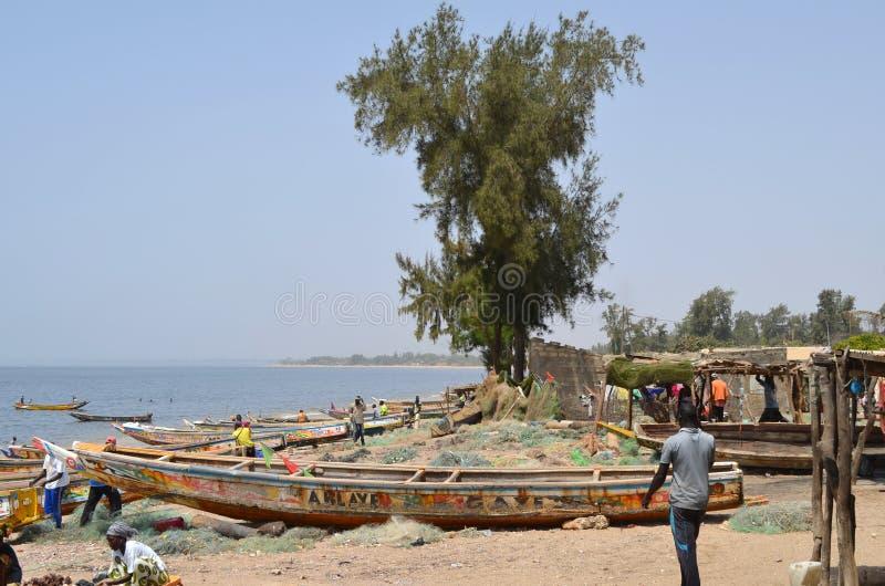 Handwerkliche hölzerne Fischerboote Pirogues, zierliches CÃ'te, Senegal stockfotografie