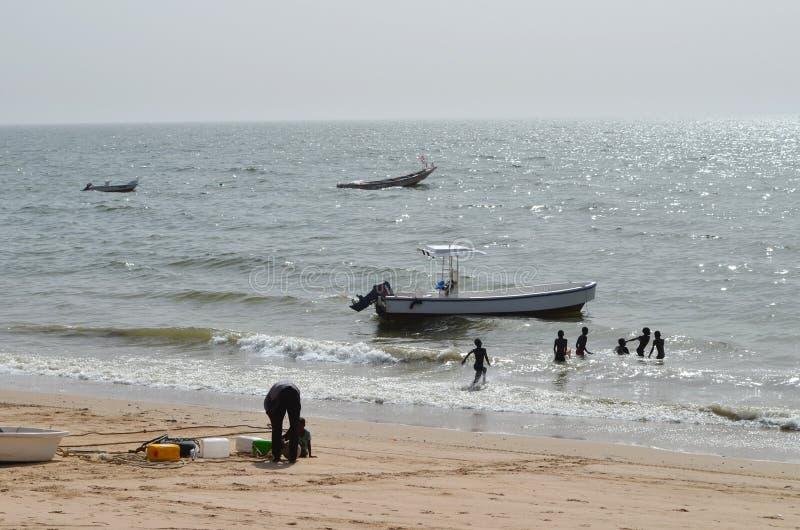 Handwerkliche hölzerne Fischerboote Pirogues, zierliches CÃ'te, Senegal lizenzfreie stockbilder