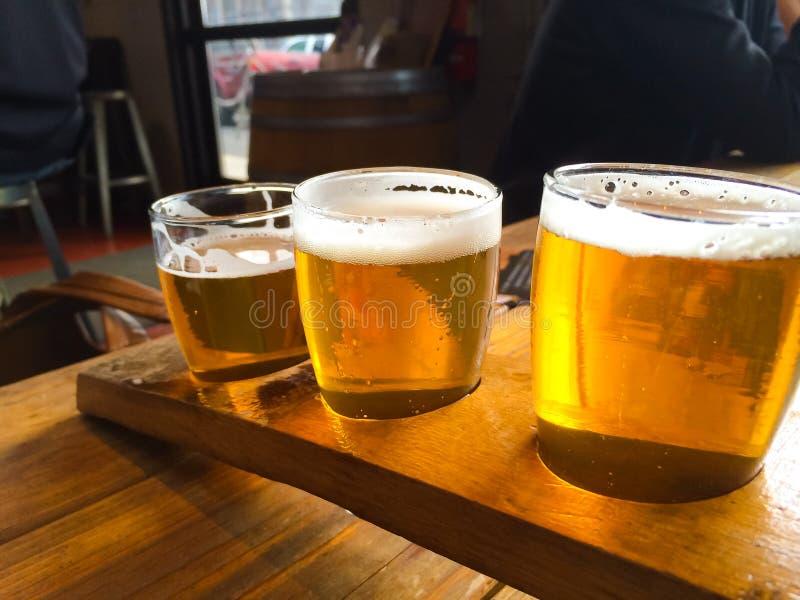 Handwerks-Bier-Probenehmer stockfotografie