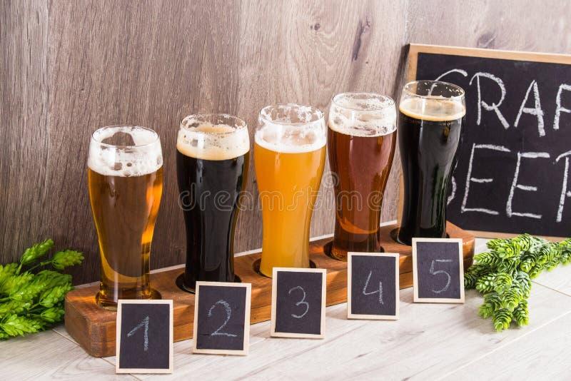 Handwerks-Bier-Probieren-Holz-Hintergrund stockbilder