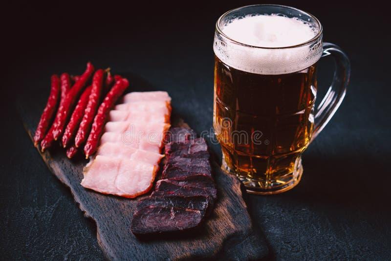 HandwerksLager-Bier und Fleischimbisssatz Bartisch lizenzfreie stockbilder