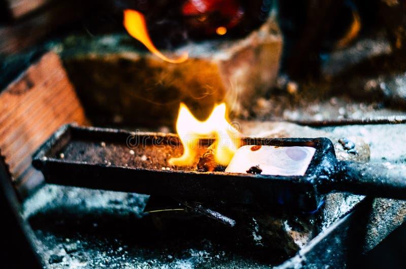 Handwerksschmuck, der mit Berufswerkzeugen macht Niedrige Schärfentiefe Ein handgemachter Schmuckprozeß, Fertigung des Schmucks stockfotos