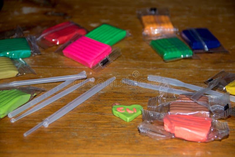 Handwerkstabelle mit Werkzeugen und Teig spielen stockfoto