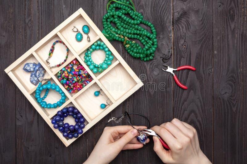 Handwork w domu dziewczyna robi biżuterii rękom na stole obrazy royalty free