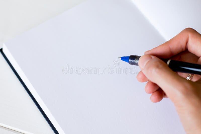 Handwriting, ręka pisze piórze w notatniku zdjęcia stock