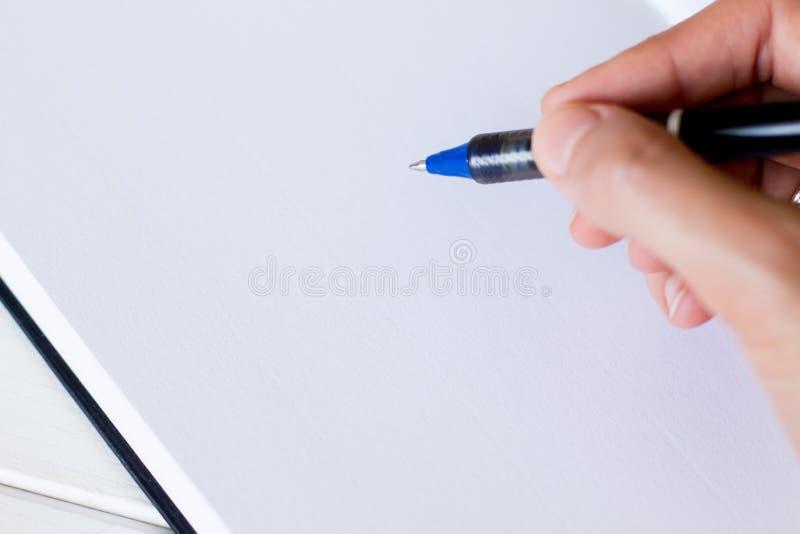 Handwriting, ręka pisze piórze w notatniku obrazy royalty free