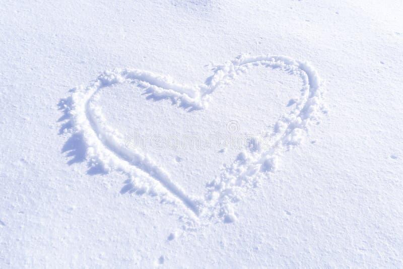 Handwriting serce kształtujący na śniegu obraz stock