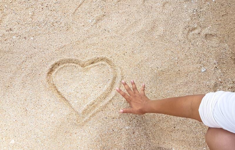 Handwriting serce na złotym piasku z zasięg poza kontrolą zdjęcie royalty free