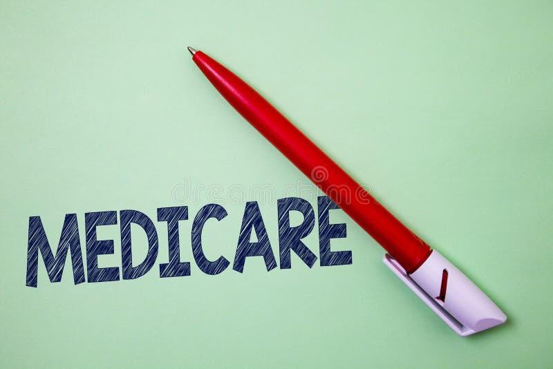 Handwriting tekst Medicare Pojęcie znaczy Federacyjnego ubezpieczenie zdrowotne dla ludzi nad 65 z kalectwo Balowego punktu grafi fotografia royalty free
