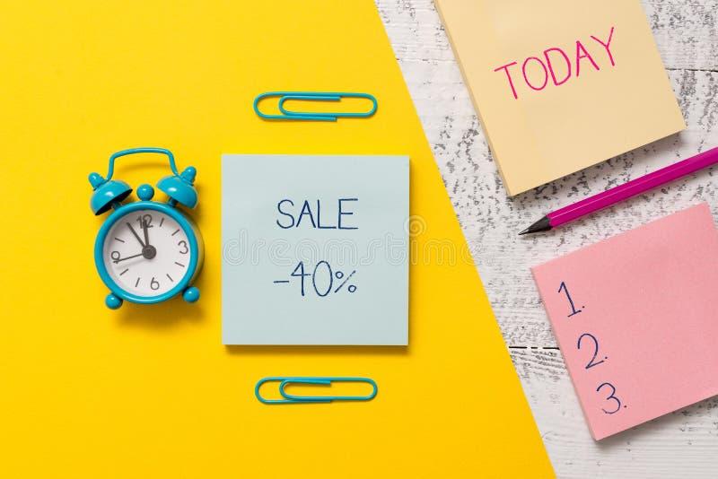 Handwriting tekst pisze sprzedaży 40 procentach Pojęcie znaczy A promo cenę rzecz przy 40 procentów markdown Notepads klamerkami obraz stock