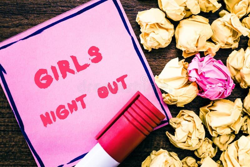 Handwriting teksta dziewczyn noc Out Pojęcia znaczenia wolność i bezpłatna mentalność dziewczyny w nowożytnej erze fotografia stock