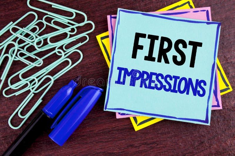 Handwriting teksta pierwsze wrażenia Pojęcia znaczenia spotkania prezentaci występu akcydensowego wywiadu koperczaki pisać na Kle obrazy stock