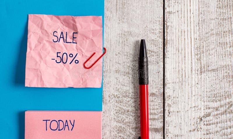 Handwriting teksta sprzedaż 50 procentów Pojęcie znaczy A promo cenę rzecz przy 50 procentów markdown zmarszczenia papierem i zdjęcie stock