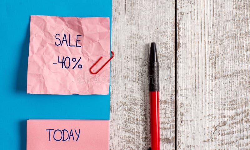 Handwriting teksta sprzedaż 40 procentów Pojęcie znaczy A promo cenę rzecz przy 40 procentów markdown zmarszczenia papierem i obrazy stock