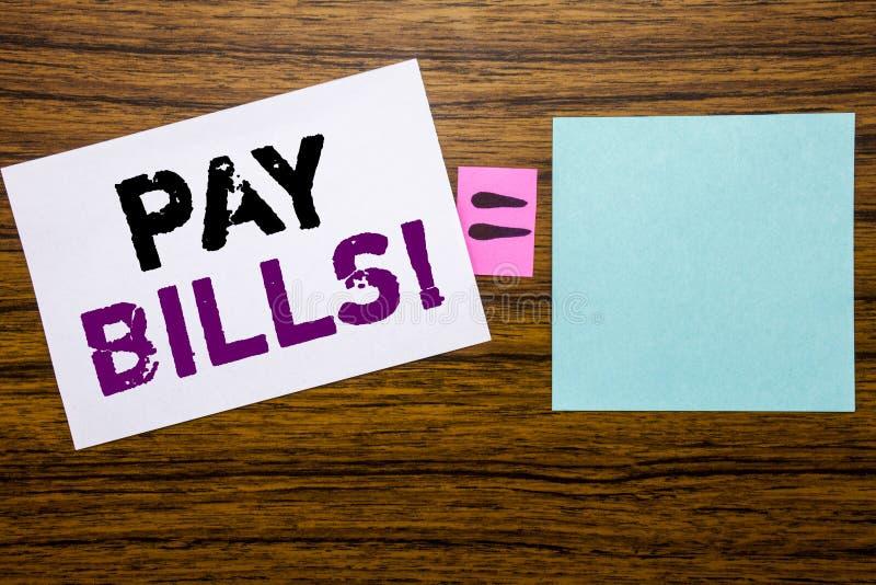 Handwriting zawiadomienia tekst pokazuje wynagrodzenie rachunki Biznesowy pojęcie Online pisać na kleistym nutowym papierze na dr obraz stock