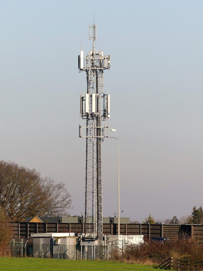 Handy-Mast durch M25 Autobahn, Rickmansworth stockfoto