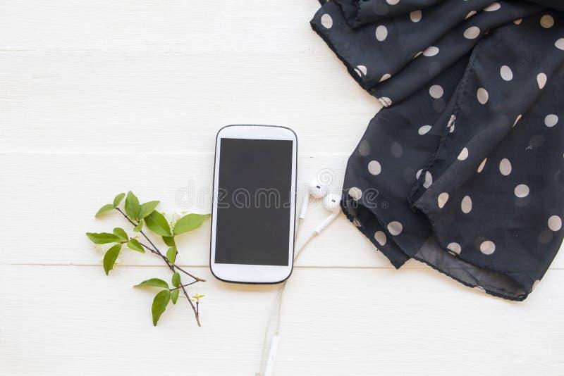 Handy mit schwarzem Tuch-Accessoires Lifestyle-Frau Relax-Arrangement flacher Leaungestaltung lizenzfreies stockbild