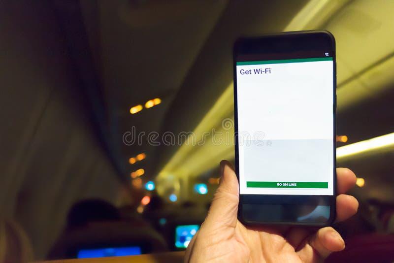 Handy schloss an Internet durch Service wi-FI im Flug an stockfoto
