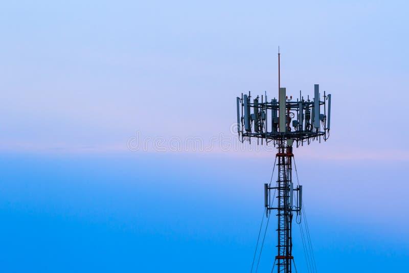Handy-Telekommunikationsradioantennenmast Telekommunikationshandyturm und blauer Himmel Telekommunikation cel lizenzfreies stockfoto