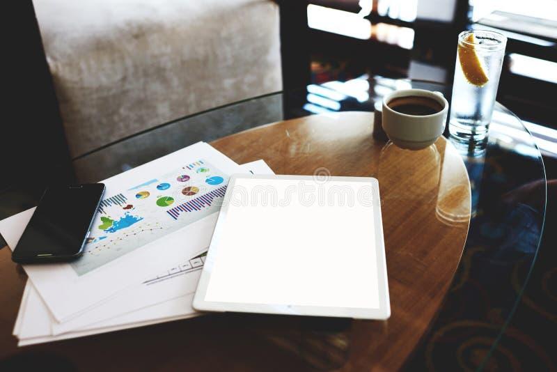 Handy und digitale Tablette mit leerer Kopie sperren Schirmfor your information oder Werbungsinhalt, stockbild