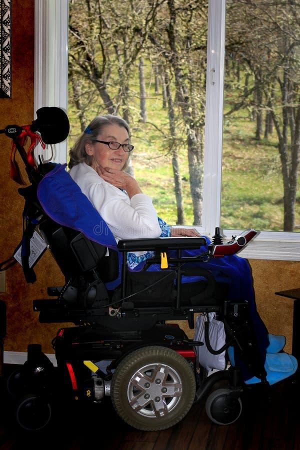 Handycappedvrouw in rolstoel stock foto