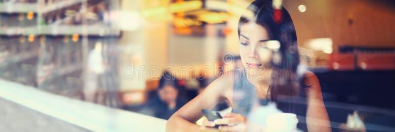 Handyfrau, die den Smartphone simst Wirtschaftlerlebensstil-Fahnenpanorama des Stadtcafés im städtischen verwendet Asiatisches us lizenzfreies stockbild
