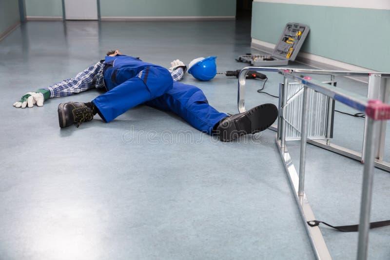 Handyman πεσμένος από τη σκάλα στοκ εικόνες