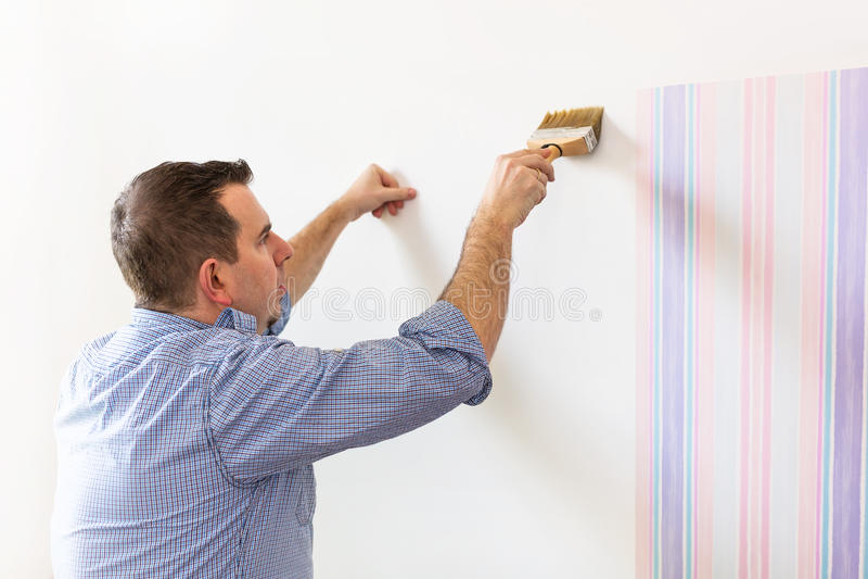 Handyman που βάζει την κόλλα για μια ταπετσαρία στοκ εικόνα με δικαίωμα ελεύθερης χρήσης