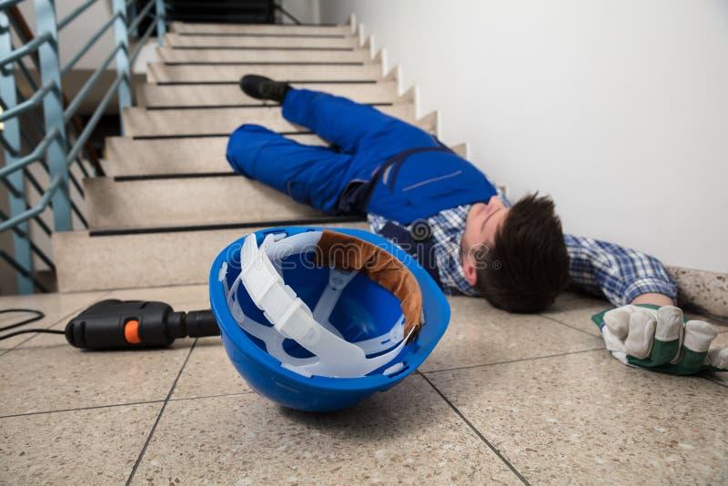 Handyman που βρίσκεται στη σκάλα στοκ εικόνες