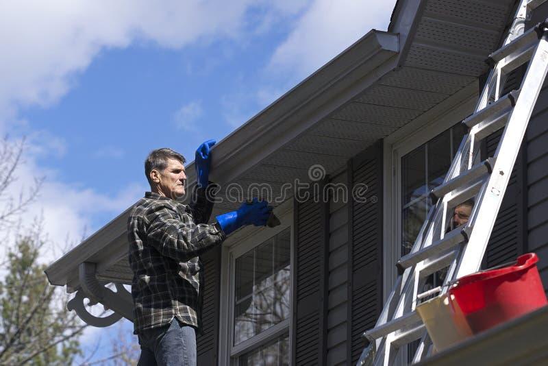 Handyman που καθαρίζει το βινυλίου εγχώριο εξωτερικό στοκ φωτογραφία