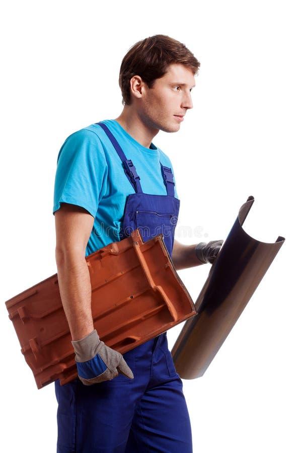 Handyman που κρατά μια υδρορροή στοκ εικόνες με δικαίωμα ελεύθερης χρήσης
