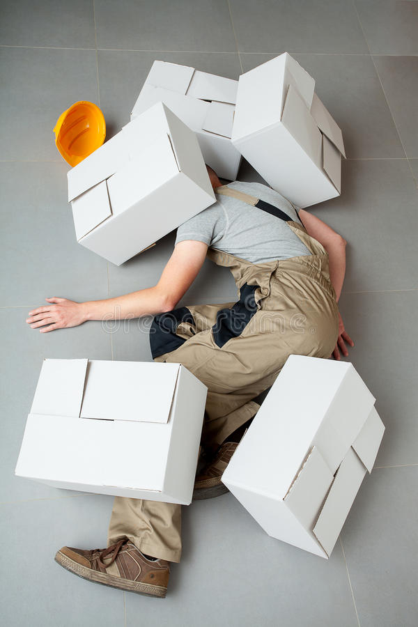 Handyman που συντρίβεται από τα χαρτοκιβώτια στοκ φωτογραφίες