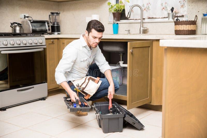 Handyman που ψάχνει το σωστό εργαλείο στοκ φωτογραφίες