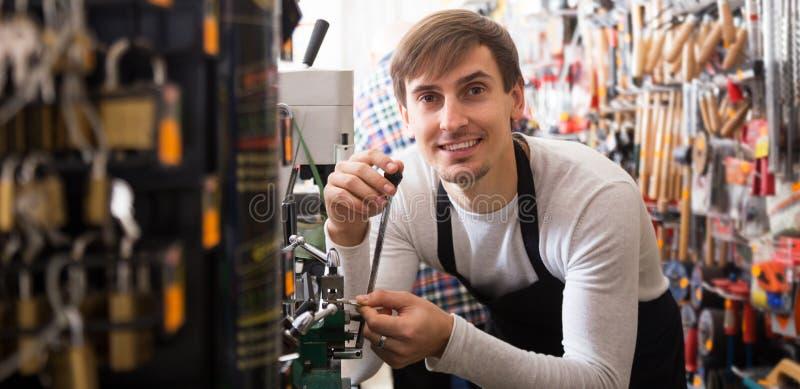 Handyman die deursleutels kopieert stock fotografie