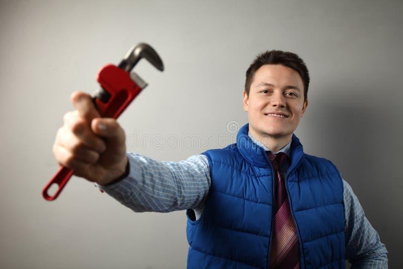 Handyman houdt verstelbare moersleutel in zijn hand, doe het zelf repareren royalty-vrije stock foto
