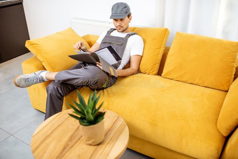 Handyman na kanapie obraz stock