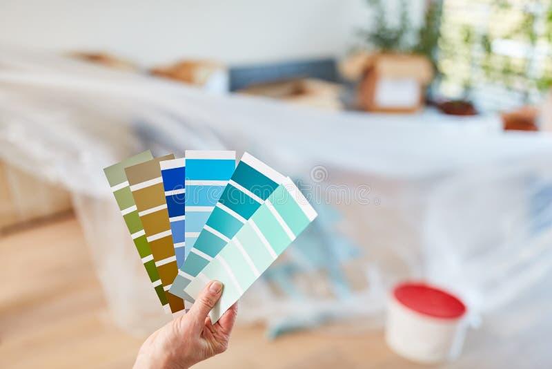 Handyman toma a decisão de pintar paredes imagem de stock