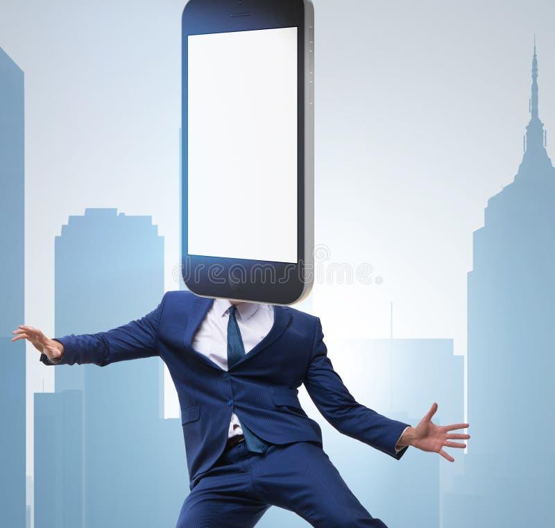 Handyzombie unter Einfluss des Smartphone stockbilder