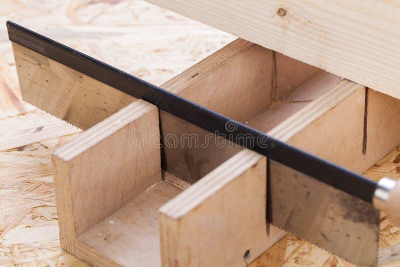 Handzaagknipsel door een straal van hout stock foto