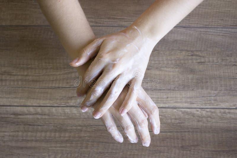 Handzorg, volkshandzorg manicure Kuuroordprocedure voor schoonheidshanden Schoonheid en kuuroordconcept Bevochtigende handen stock foto