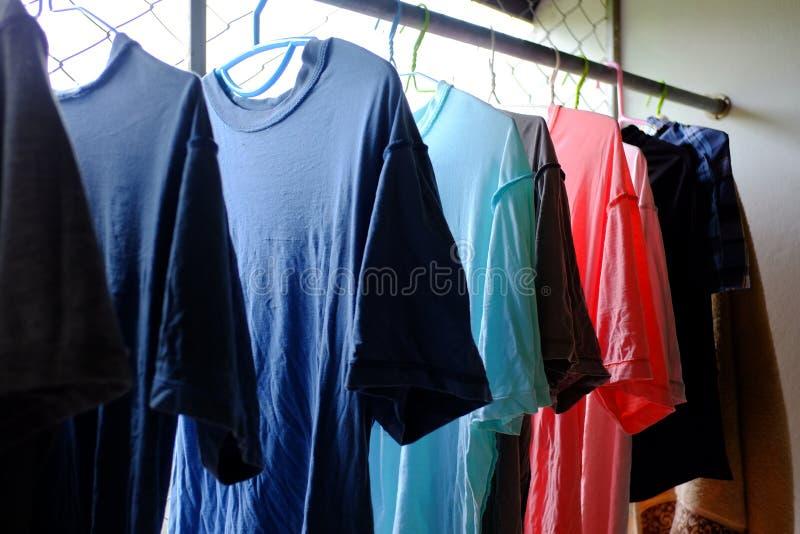 Hang droge kleren royalty-vrije stock afbeeldingen