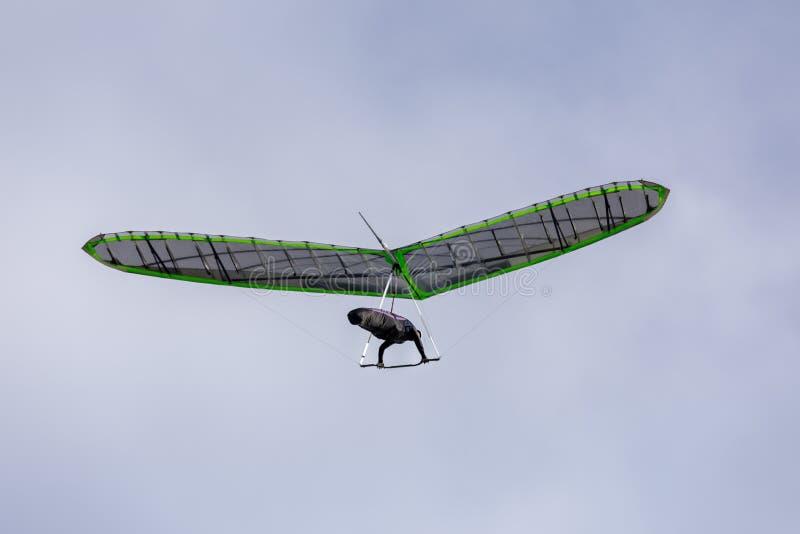 Hang Glider Soaring i cieli nebbiosi a Funston forte fotografia stock