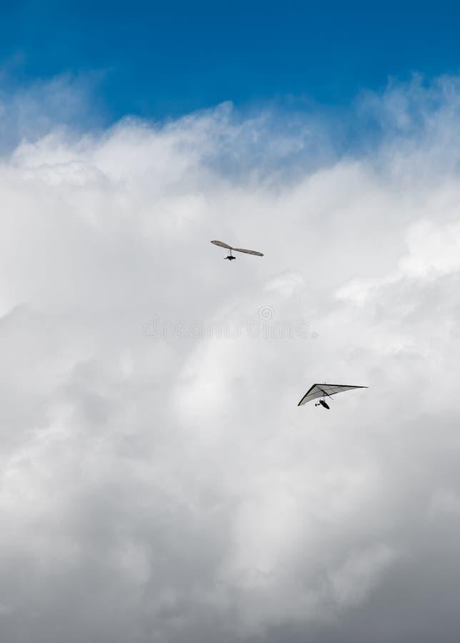 Hang Gliders e nuvole di tempesta immagine stock