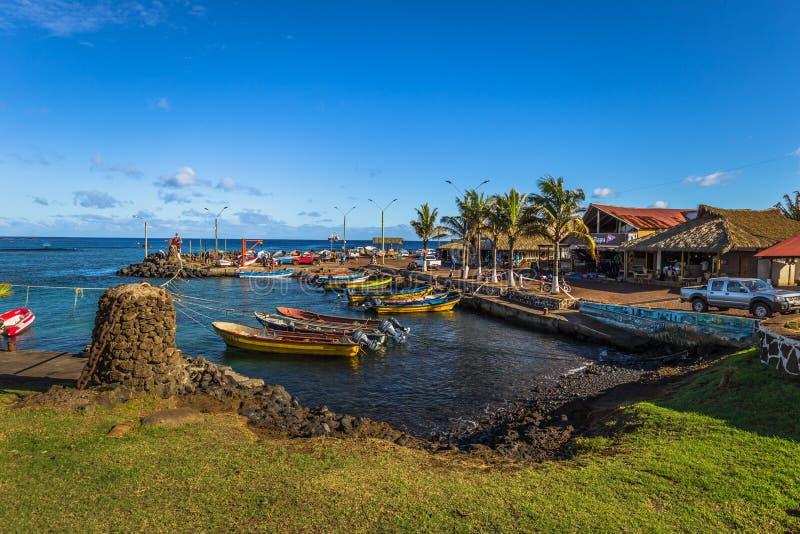 Hanga Roa, påskö - Juli 12 2017: Moai på hamnen av H arkivfoto