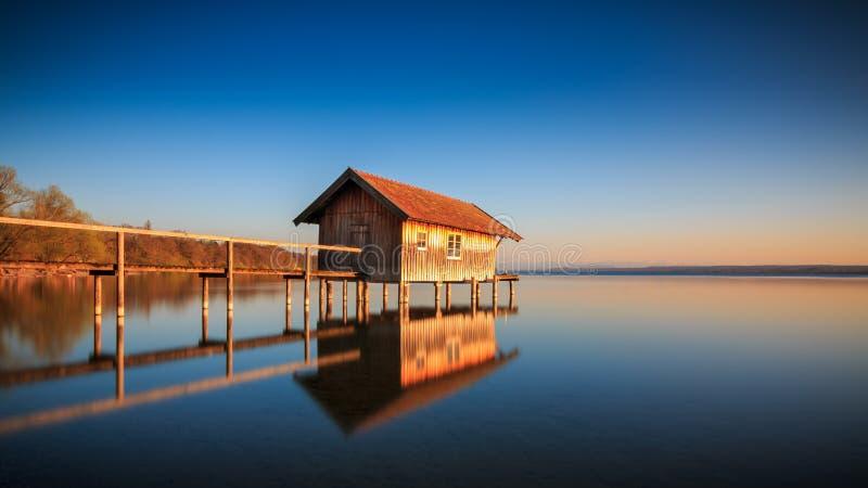Hangar à bateaux dans Stegen chez l'Ammersee au coucher du soleil en Bavière Allemagne image libre de droits
