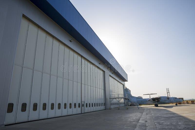Hangar d'aéroport de l'extérieur image stock