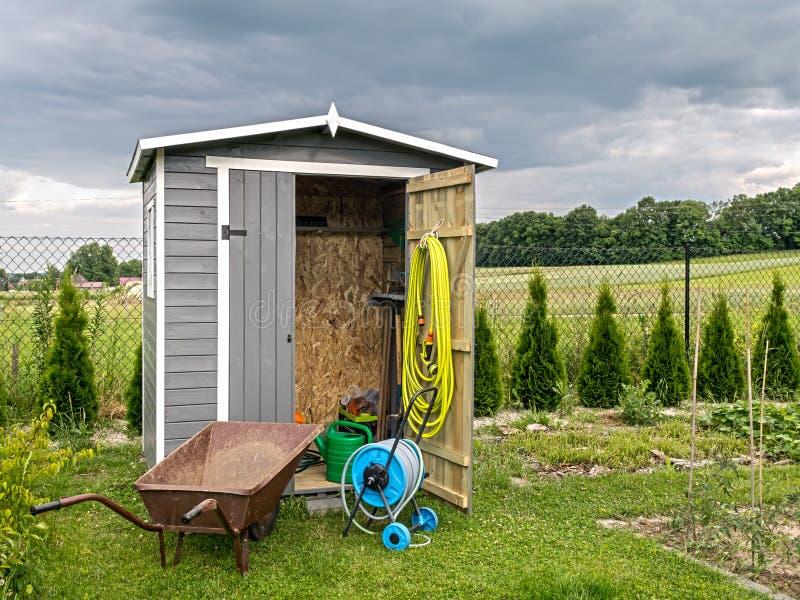 Hangar d'outils de jardin images stock