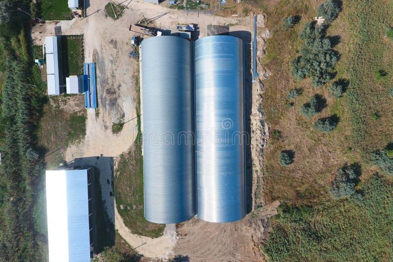 Hangar de folhas de metal galvanizadas para o armazenamento dos produtos agrícolas fotos de stock royalty free