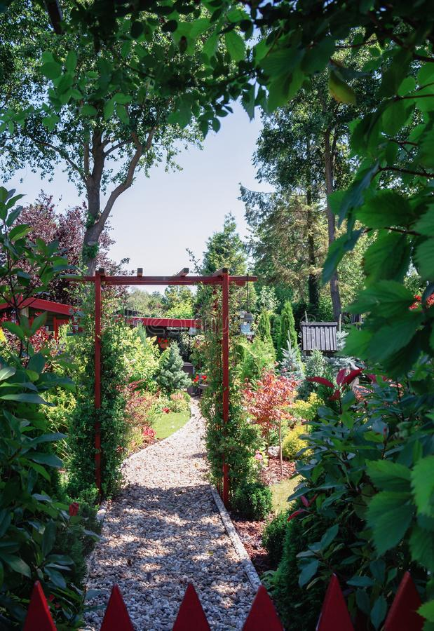 Hangar de jardin entouré par un beau jardin décoratif image stock