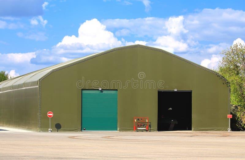 Hangar dla militarnego wyposażenia zdjęcia stock